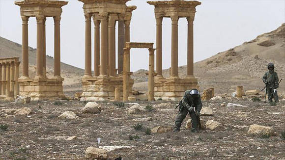 Zapadores rusos buscan minas en Palmira