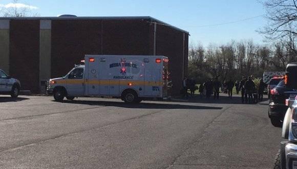 Ambulancias apostadas en el lugar del accidente. Foto: @TrishHartman.