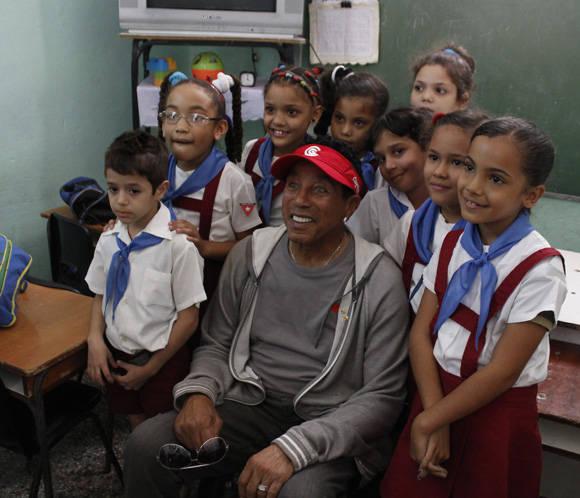 Smokey Robinson se retrata junto a los niños de la escuela primaria Miguel Fernández