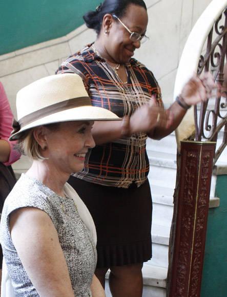 La productora teatral, Margo Lion, co-presidenta ejecutiva de la delegación (izq.) pronunció unas palabras de agradecimiento. Foto. Jennifer Veliz/ Cubadebate.