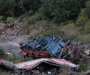 El autobús se desplazaba el domingo en la noche por una zona montañosa en el estado de Orissa pero en una curva muy cerrada se salió de la carretera y cayó a un barranco desde unos 76 metros (250 pies), de acuerdo con un despacho de la agencia noticiosa Prest Trust of India.