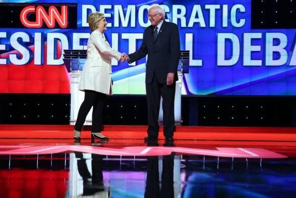 Los aspirantes demócratas a la presidencia de Estados Unidos, Bernie Sanders y Hillary Clinton, se saludan durante un debate entre ambos. Foto: The New York Times.