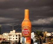 """Una botella enorme del ron Havana Club """"engalanando"""" el paisaje habanero. Foto: Desmond Boylan/ Instagram"""