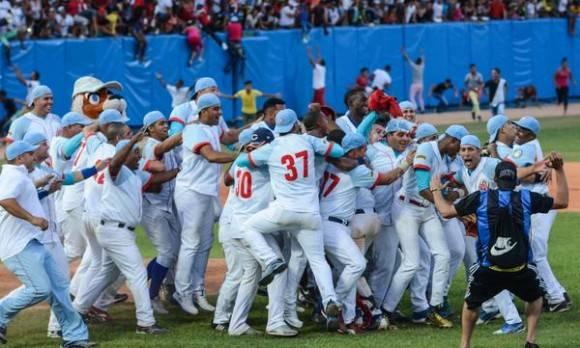 Los Tigres de  Ciego de Ávila se coronan campeones de la 55 Serie Nacional de Béisbol, tras vencer a los Vegueros de Pinar del Río, en el estadio avileño José Ramón Cepero, el 17 de abril de 2016.  Foto: Marcelino Vázquez Hernández / ACN