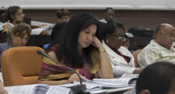 Delegados estudian la candidatura al Comité Central. Foto: Ismael Francisco/ Cubadebate