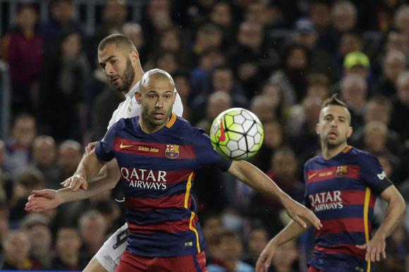 Javier Mascherano del Barcelona, protege el balón de Karim Benzema durante el clásico.  Foto: AP.