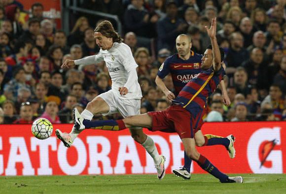 Sergio Busquets y Luka Modric, disputan un balón durante el encuentro. Foto: Reuters.
