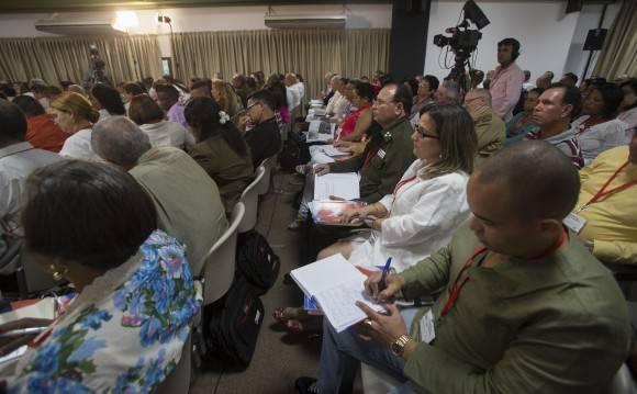 Delegados al VII Congreso del PCC debaten en Comisiones. Comisión dedicada al Plan Nacional de desarrollo económico y social hasta el 2030: Propuesta de visión de la nación, ejes y sectores estratégicos. Foto: Ismael Francisco/ Cubadebate.