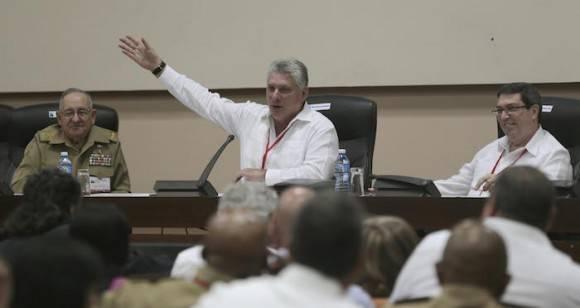 La Comisión 1, que ha estado discutiendo la conceptualización del Modelo económico y social cubano de desarrollo socialista, esta mañana de domingo la ha dedicado a reflexionar sobre la intervención de Raúl. Foto: Ismael Francisco/ Cubadebate