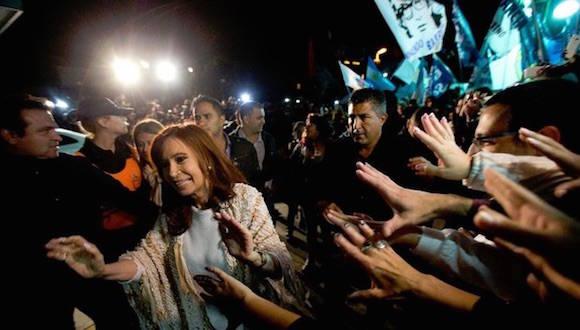 Cristina Fernández al llegar al aeropuerto de Buenos Aires, este lunes. Foto: Ap