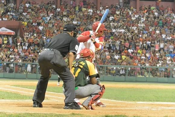El eterno trío del home plate.  Foto: Katheryn Felipe / Cubadebate
