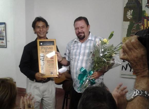 En 2014 el poeta Frank Abel Dopico (a la izquierda) recibió el premio Ciudad del Che en poesía. Fotos: Laura Rodríguez Fuentes/Archivo de Vanguardia.