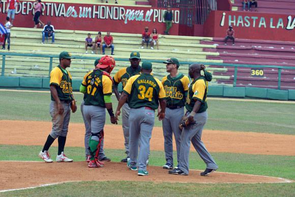 Erlis Casanova no pudo sostenerse en el box más allá del tercer inning. Foto: Katheryn Felipe / Cubadebate
