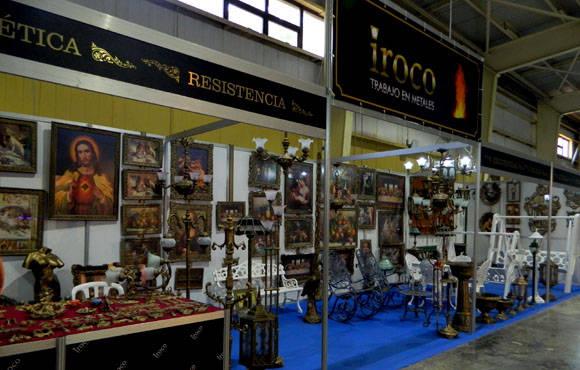El trabajo en metales de este grupo de artesanos realiza muebles modernos y hace copias de lamparas , marcos de cuadro y otros artículos antiguos.