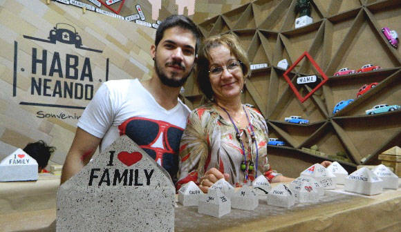 Oscar Luis junto a su madre creó el proyecto Habaneando. Foto: Susana Tesoro/ Cubadebate