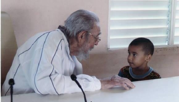 Fidel y un niño de la Escuela Vilma Espín, de Playa, en La Habana. Foto: Juventud Rebelde