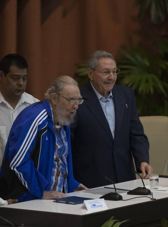 Raúl y Fidel en la Clausura del VII Congreso del PCC. Foto: Ismael Francisco/Cubadebate
