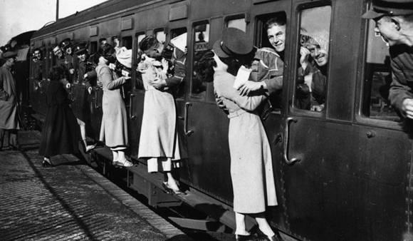 Imagen de 1935. Soldados británicos besan a sus novias en una estación ferroviaria. Foto: E. Dean/ Tropical Press Agency.