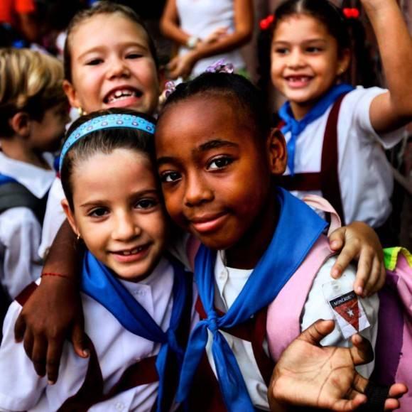 Niñas cubanas en una escuela primaria de La Habana. Foto: Desmond Boylan/ Facebook