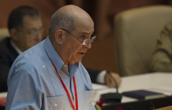 Fernando Lavín presenta la resolución vinculada a la discusión de los Lineamientos, ante los delegados e invitados al VII Congreso del Partido, en la sesión de la mañana de este lunes. Foto: Ismael Francisco/ Cubadebate