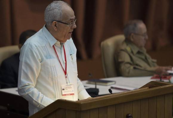 Abelardo Álvarez Gil, miembro del Secretariado del CC y jefe del Departamento de Política de Cuadros del Comité Central, presenta la Resolución ante los delegados e invitados al VII Congreso del Partido, en la sesión de la mañana de este lunes. Foto: Ismael Francisco/ Cubadebate
