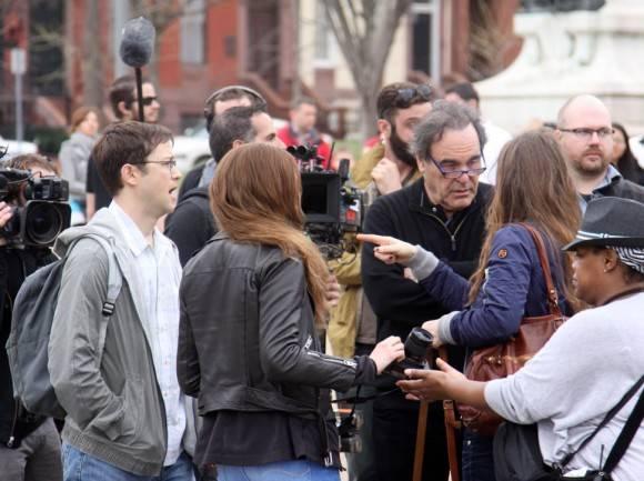 Oliver Stone, Joseph Gordon-Levitt y Shailene Woodley, filmando la película Snowden en las afueras de la Casa Blanca el 7 de abril de 2015 (Foto: FameFlynet, Inc)