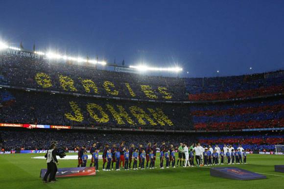 Aficionados forman un mosaico con cartulinas para dar las gracias a la última estrella del fútbol holandés Johan Cruyff al principio del partido.  Foto: Reuters.