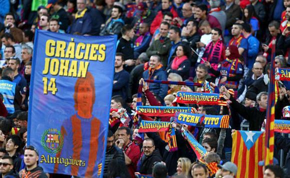 Aficionados FC Barcelona con una pancarta de recuerdo a Johan Cruyff minutos antes del incio del partido en el Camp Nou. Foto: EFE.