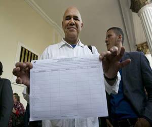 Jesús Torrealba, vocero de la coalición opositora venezolana Mesa de la Unidad Democrática (MUD), muestra el formato entregado ayer por el Consejo Nacional Electoral para recabar las firmas necesarias para convocar a un referendo revocatorio del mandato de Nicolás Maduro.