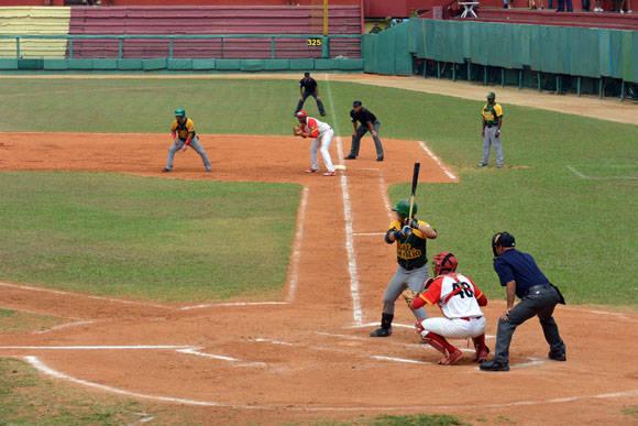 Con un esguince de dedo jugó Lázaro Ramírez los dos últimos juegos, aportando mucho a al causa pinareña. Foto: Katheryn Felipe / Cubadebate