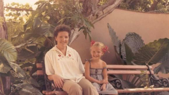 Virginia junto a su madre en la guardería habanera.