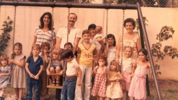 Niños en La Guardería con sus cuidadores cubanos.