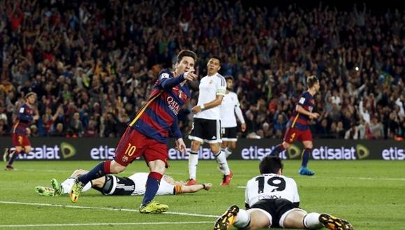 Con la camiseta blaugrana, donde juega oficialmente desde la temporada 2004/05, Messi marcó 450 goles, mientras que los 50 restantes fueron con la albiceleste del seleccionado nacional. | Foto: Reuters
