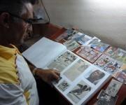 Luisito, ante el álbum en preparación de Dayron Robles. Foto: Katheryn Felipe/Cubadebate.