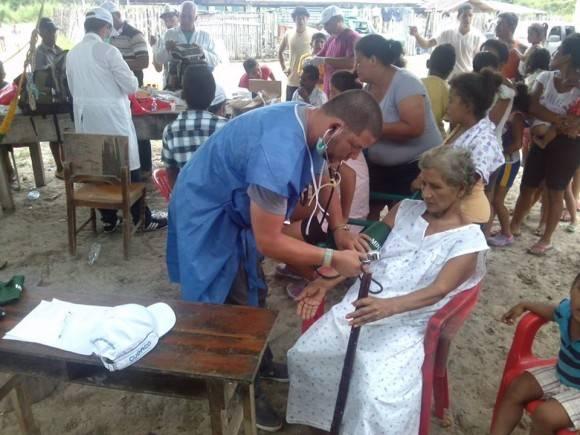 Integrantes del Contingente Henry Reeve brindando servicios en Ecuador tras el terremoto. Foto: Dr. Vigil Fonseca/ Facebook.