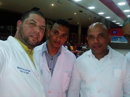 Integrantes del Contingente Henry Reeve anoche en el aeropuerto José Martí, listos para partir hacia Ecuador. Foto: Dr. Enmanuel Vigil Fonseca, miembro del Contingente / Tomada de su cuenta de Facebook.