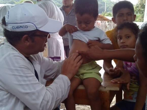 Integrantes del Contingente Henry Reeve brindando servicios en Ecuador tras el terremoto. Foto: Muro de Facebook del Dr. Vigil Fonseca