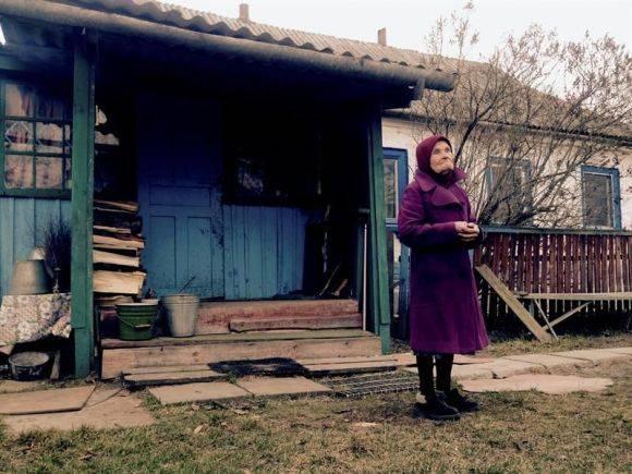 A sus 87 años, María Shovkuta vive sola en su casa cercana a la central de Chernóbil. Foto: EFE.
