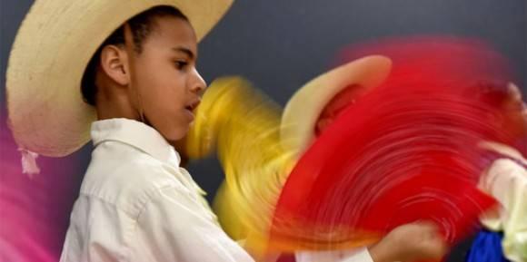 Cedar Hudson, 11, agita un pañuelo durante uno de los bailes tradicionales que él y sus compañeros de clase interpretarán en su viaje a La Habana. Foto: Michael Robinson Chavez / The Washington Post.