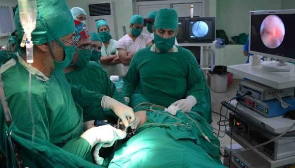 Cirugía de cadera por mínimo acceso lograrada en Ciego de Ávila por especialistas de Ortopedia y Traumatología. Foto: ACN.