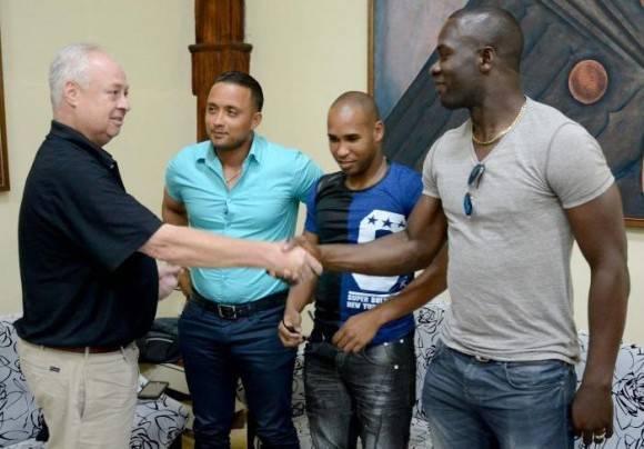 Los cubanos firmaron contratos con el club Panteras de Kitchener, de la Intercounty Base¬ball League (IBL). Foto: Ricardo López Hevia/ Granma