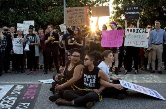 Personas protestan contra ley discriminatoria en Carolina del Norte. Foto: AP.