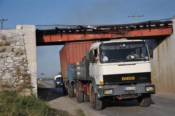 El contenedor chocó contra el puente ubicado en la Carretera Central. Foto: Vicente Brito/ Escambray
