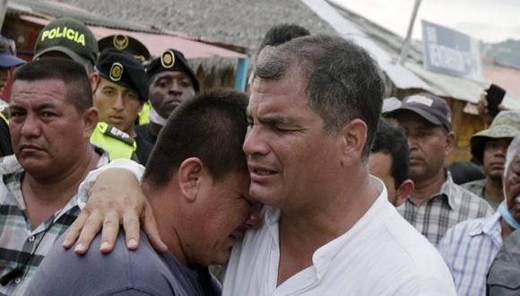 El presidente ecuatoriano, Rafael Correa, abraza a unos de los afectados por el terremoto. Foto: Reuters.