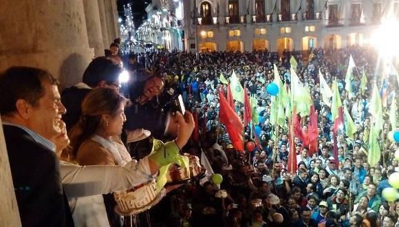 Presidente de Ecuador, Rafael Correa, saluda a su seguidores en el Palacio de Carondelet. Foto: Getty Images.