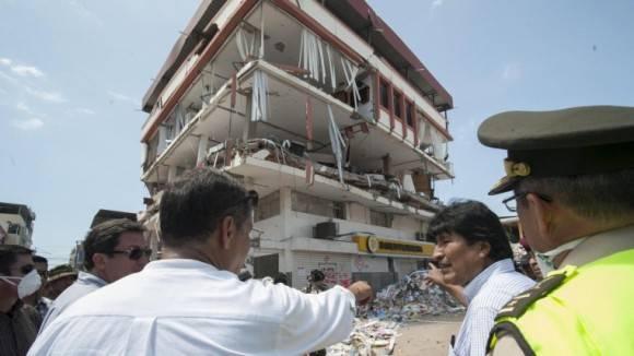 Rafael Correa y Evo Morales recorren las zonas afectadas por el terremoto. Foto: Expreso.