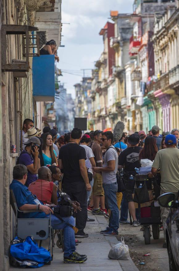 """El elenco de """"Rápido y Furioso"""" en la calle Escobar, de La Habana, este jueves.  Foto: Desmond Borland/ AP"""