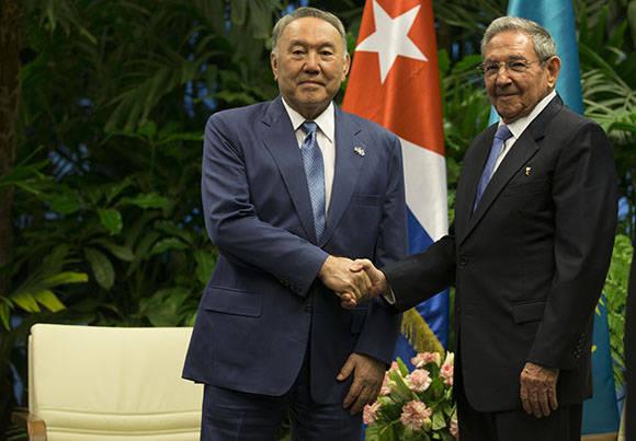 El presidente de los Consejos de Estado y de Ministros, Raúl Castro, sostuvo conversaciones oficiales con el presidente de Kasajstán, Nursultán Nazarbáyev. Foto: Ismael Francisco/ Cubadebate.