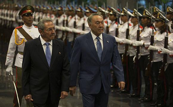 El presidente de los Consejos de Estado y de Ministros Raúl Castro, junto al l presidente de Kasajstán, Nursultán Nazarbáyev. Foto: Ismael Francisco/Cubadebate.