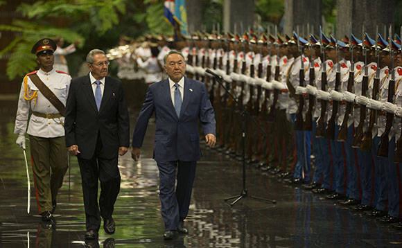 El presidente de los Consejos de Estado y de MInistros Raúl Castro, junto al presidente de Kasajstán, Nursultán Nazarbáyev. Foto: Ismael Francisco/Cubadebate.